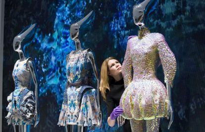 Una trabajadora del museo hace ajustes finales a una pieza de la colección Plato Atlantis de McQueen.