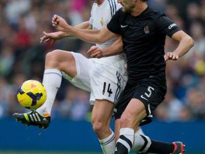 Xabi Alonso pugna con Bergara.