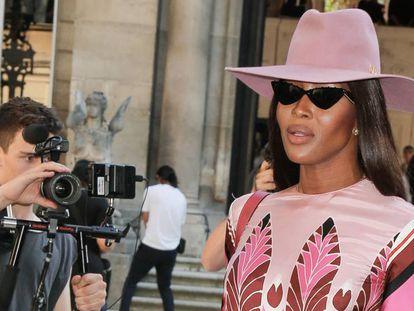 Naomi Cambpell, a la llegada del desfile de Valentino en París, el 3 de julio de 2019. En vídeo, las excentricidades de la modelo antes de subir a un avión.