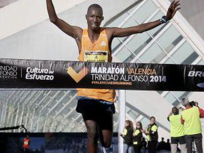 El ganador del maratón, el keniano Jacob Kendogar, entrando en meta.