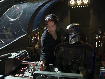 La directora Deborah Chow y Pedro Pascal en el rodaje de 'The Mandalorian'.