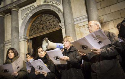 'Cantaires' del Cor de la Protesta en la plaza de Sant Jaume