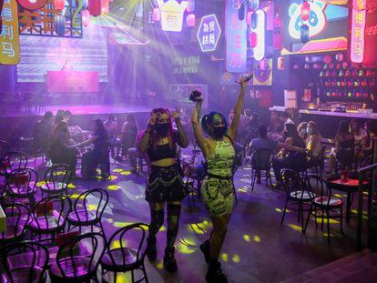 Dos chicas en Uñas Chun Lee, un bar de copas de Madrid, el pasado junio.