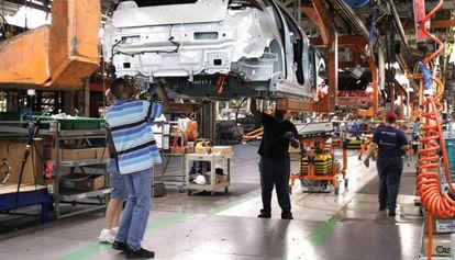 Un grupo de trabajadores en una planta de producción de General Motors en Detroit (Michigan).