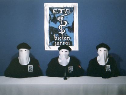 Imagen capturada del diario Gara de la lectura del comunicado del fin de la violencia, el 20 de octubre de 2011.