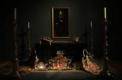 Catafalco de Juana de Austria, con corona funeraria y su retrato.