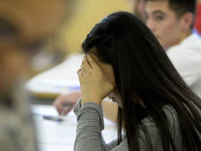 Jóvenes en un aula en el examen de Selectividad en la Universidad de Valencia