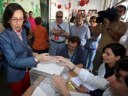 La ministra de Medio Ambiente, Rural y Marino (MARM), Rosa Aguilar, deposita su voto en una mesa electoral de Córdoba.