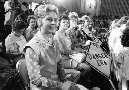 Phyllis Schlafly (izda) durante una protesta en 1972 contra la enmienda constitucional.