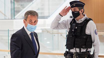 El expresidente francés Nicolas Sarkozy en su llegada al tribunal, este lunes en París.