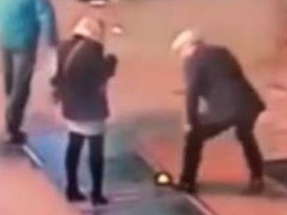 El hombre dejó caer la alianza sin querer después de pedir matrimonio a su novia. Los dos trataron de rescatar en vano la joya, una acción que captaron las cámaras de seguridad de la ciudad