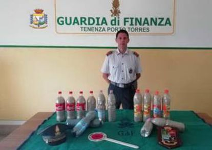 El cargamento de arena pretendía ser transportado en 14 botellas de plástico.