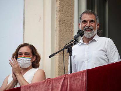 Ada Colau y Jordi Cuixart durante el pregón de la fiestas de Gracia 2021.