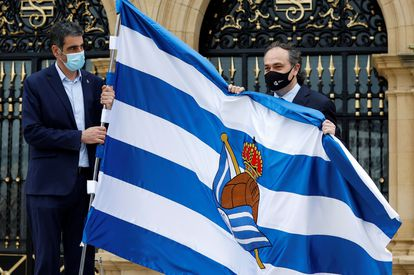 El alcalde de San Sebastián, Eneko Goia (i), posa  junto al presidente de la Real Sociedad, Jokin Aperribay.