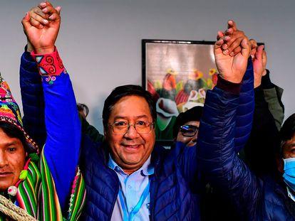 Luis Arce (en el centro), candidato del Movimiento al Socialismo (MAS), celebra con su equipo los primeros resultados.