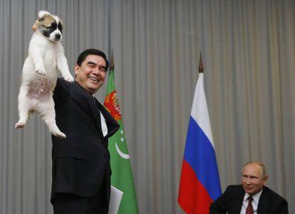El presidente de Turkmenistán, Gurbanguly Berdimuhamedow (izquerda), regala un perro pastor de Asia Central a su homólogo ruso, Vladímir Putin (d), durante una reunión en el complejo del mar Negro de Sochi (Rusia) en 2017.