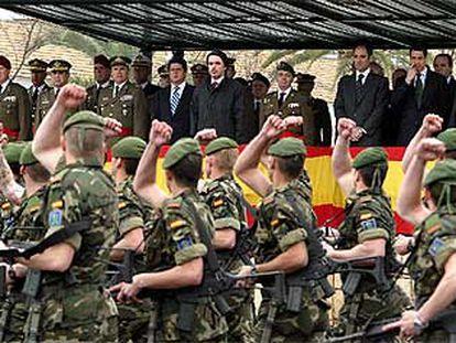 Los soldados del acuartelamiento de Rabasa desfilan, en febrero de 2004, ante el presidente José María Aznar y el ministro de Defensa, Federico Trillo.