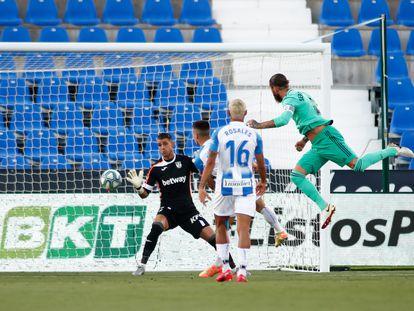 Sergio Ramos marca el primer gol del Madrid en el partido ante el Leganés.