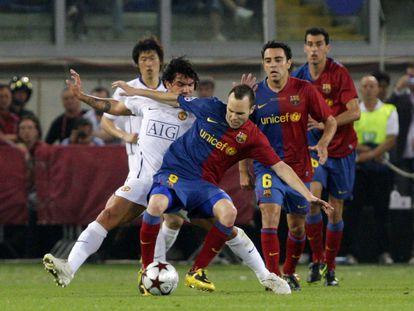 Iniesta protege el balón ante Tévez en la final de la Champions de 2009 contra el Manchester United.