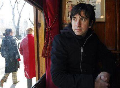 Eduardo Chapero Jackson, director del cortometraje <i>Alumbramiento,</i> retratado en el Café Gijón de Madrid.
