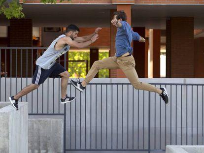 Dos jóvenes práctican Parkour en Tres Cantos.