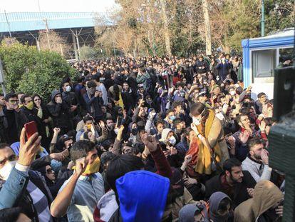 Estudiantes protestan en la Universidad de Teherán en una imagen obtenida por la agencia Associated Press.