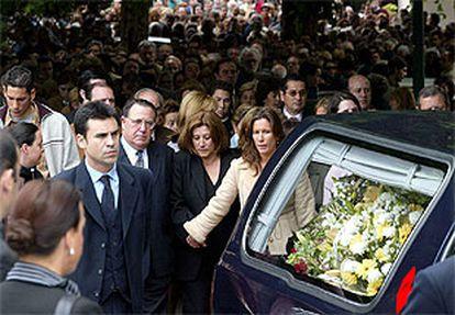Los padres y la hermana (en el centro) de Deborah Fernández-Cervera, detrás del coche fúnebre, durante el entierro de la joven en Vigo en 2002.