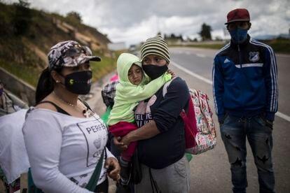 Migrantes venezolanos pasan por la ciudad de Tunja, en su camino a Bogotá.