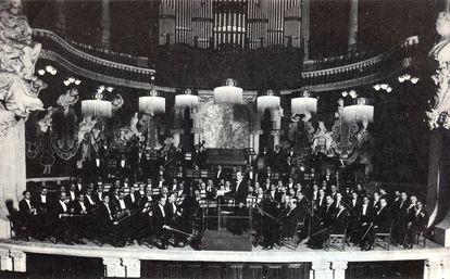 La Orquesta Pau Casals dirigida por el propio músico en el Palau en los años 20.