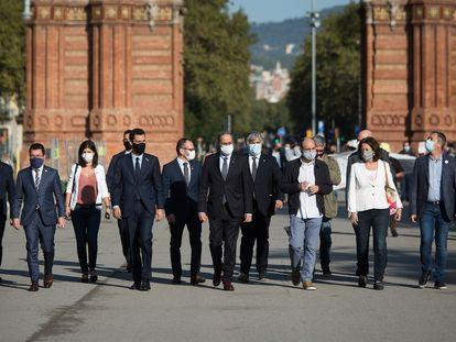 Altos cargos y líderes de entidades independentistas acompañan al 'president' a los tribunales.