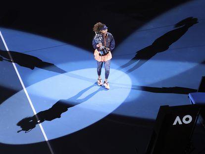 Osaka posa con el trofeo de campeona en la pista Rod Laver Arena de Melbourne.