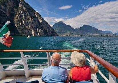 Una pareja de turistas de la tercera edad en el lago de Garda, Italia, en junio de 2018.