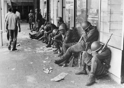 Soldados del ejército mexicano hacen guardia en las inmediaciones de Tlatelolco en 1968.