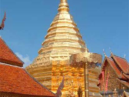 Turistas visitan el templo de Doi Suthep, en Chiang Mai
