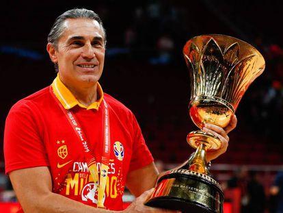 Sergio Scariolo, con la copa. En vídeo, las declaraciones del seleccionador tras la final.