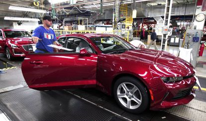 Un trabajador de General Motors en una planta de EE UU.