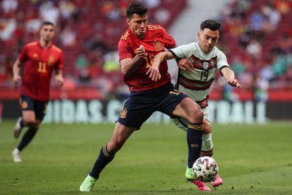Rodri pugna por el balón con Pedro Gonçalves, en el España-Portugal del viernes.