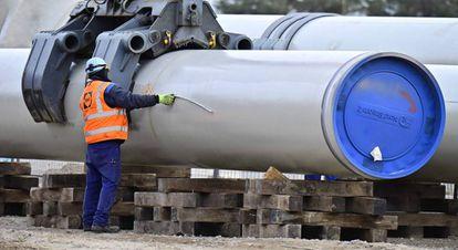 Un hombre trabaja en las obras del gasoducto Nord Stream 2 en Lubmin, al noreste de Alemania, a finales de marzo.