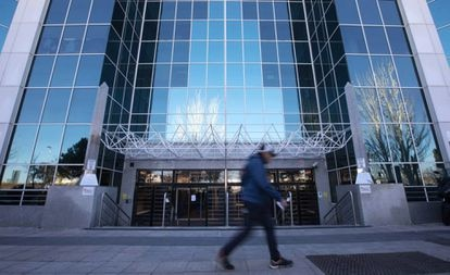 Un hombre pasa por delante de un edificio de oficinas, en Madrid.