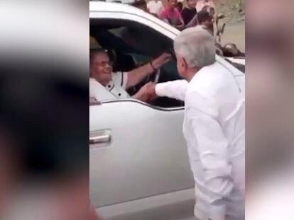 Captura de pantalla del momento donde el Presidente de México Andrés Manuel López Obrador saluda a la madre del narcotraficante Joaquín Guzman Loera.