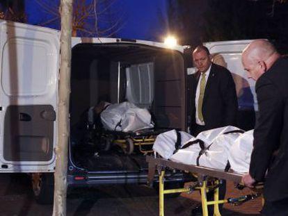 Retirada de los cuerpos sin vida de los fallecidos en Fuenlabrada.