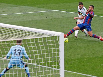 El delantero argentino del Elche, Lucas Boyé, sobrepasa a Rubén Bezo para marcar el 1-0 ante el Levante.