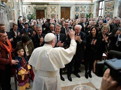 El Papa Francisco saluda a un grupo de parlamentarios de Marsella.