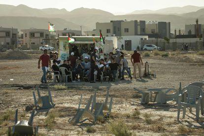 Un grupo de palestinos se resguarda del sol durante una protesta contra la anexión en Jericó.
