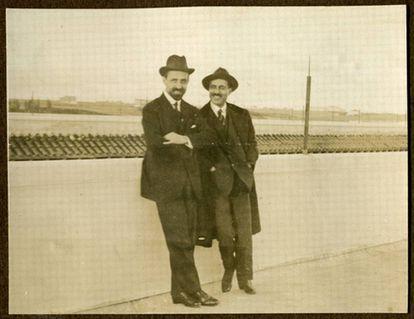 Juan Ramón Jiménez (izquierda) y Alberto Jiménez Fraud en la azotea de uno de los pabellones Gemelos de la Residencia de Estudiante de Madrid hacia 1925.