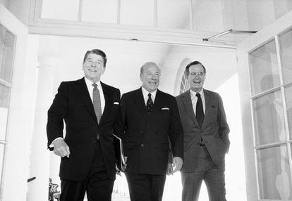 George Shultz, en el centro, junto al presidente Ronald Reagan (izquierda) y el vicepresidente George H. W. Bush (derecha), en una imagen del 9 de enero de 1985 en la Casa Blanca.