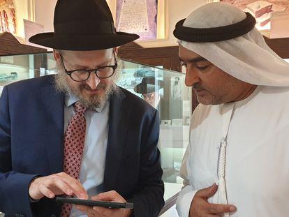 El rabino Mendy Chitrik (izquierda) con Ahmed Obaid al Mansoori en la exposición sobre el Holocausto en Dubái, el pasado jueves.