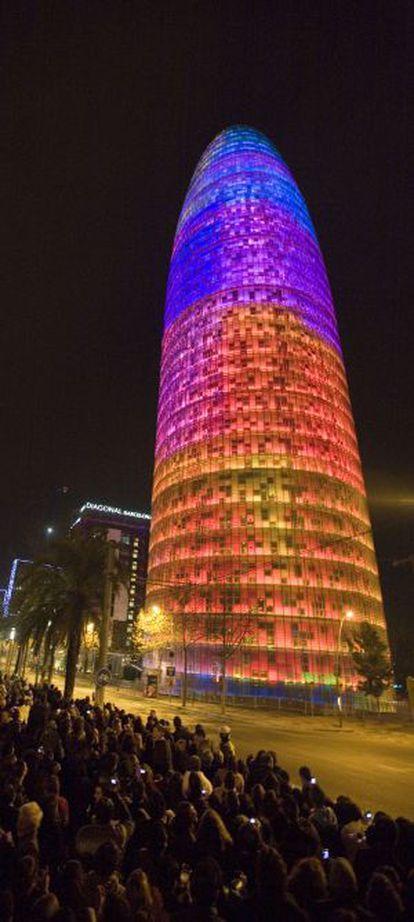 La torre Agbar acolorida a les nits: un icona de Barcelona.