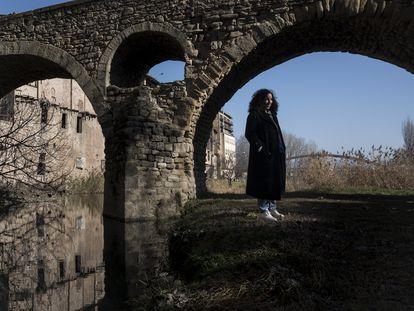 Najat el Hachmi, bajo al puente románico que separa su barrio de infancia del centro de Vic. En vídeo, la escritora hace un recorrido por los lugares de la ciudad que marcaron sus primeros años en Cataluña.
