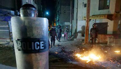 Un oficial de policía sostiene su escudo en plenos disturbios en una calle de Dakar (Senegal), el 4 de junio de 2020. La ciudadanía protestaba por el toque de queda impuesto para mitigar la propagación de la covid-19